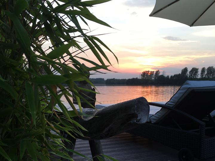 Sonnenliegen am See im Abendlicht im Vabali Spa Düsseldorf