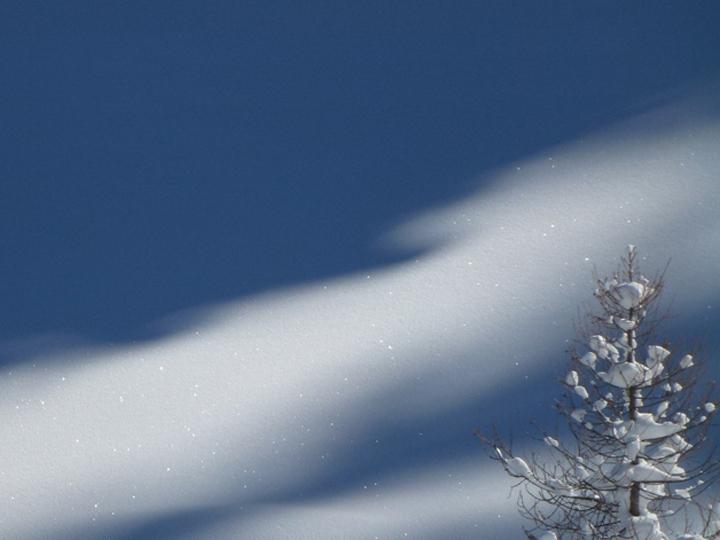 Winterlandschaft im schweizer Oberengadin mit Licht und Schatten im Schnee