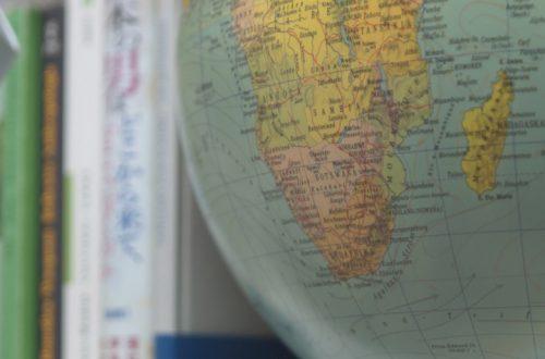 YOOYAMA BLOG | Globus im Bücherregal | Dekotipps mit Erinnerungsstücken